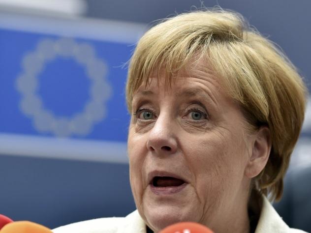 Турецкая газета изобразила Меркель вформеСС исусиками Гитлера