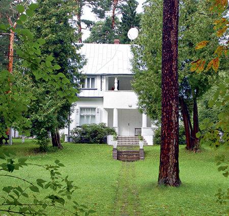 Сначала Лайма долгое время жила в небольшом доме, задние окна которого выходили прямо на море. Но несколько лет назад в него внезапно вернулись хозяева, бежавшие из Латвии в 1945 году. По закону, дом пришлось отдать...