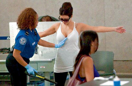 Угроза нападения исламских экстремистов заставила тщательно досматривать в аэропорту даже таких звёзд, как амерканская светская лица и телеведущая Ким КАРДАШЯН