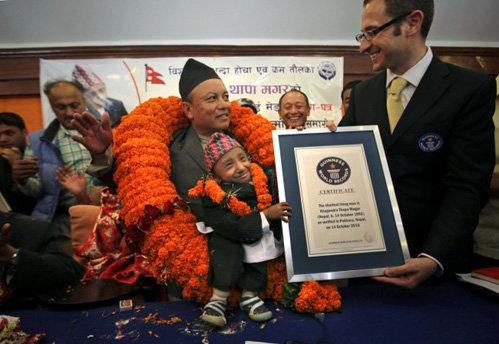 Крошка Кхагендра и его диплом, подтверждающий, что он - самый маленький человек в мире