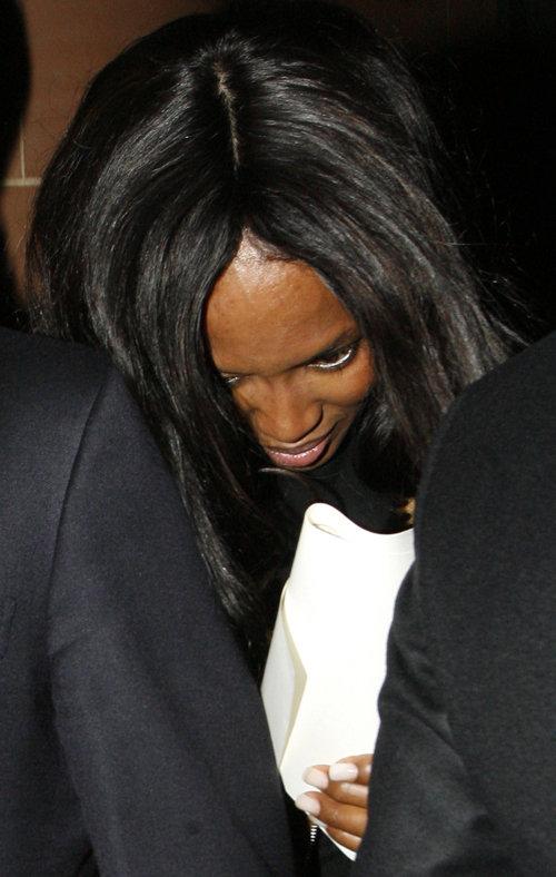 Выходя из ресторана, Наоми оказалась в неловкой ситуации из-за съехавшего парика.