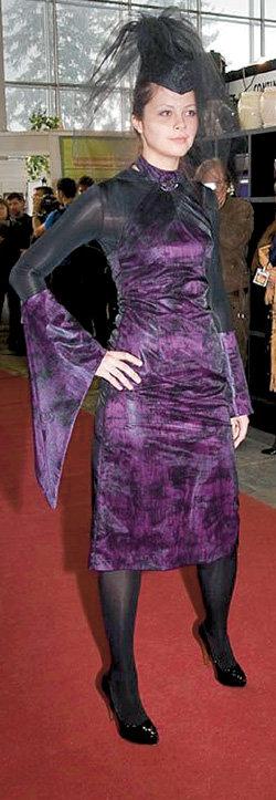 В обтягивающем формы платье могла бы прийти на кладбище «весёлая вдова»
