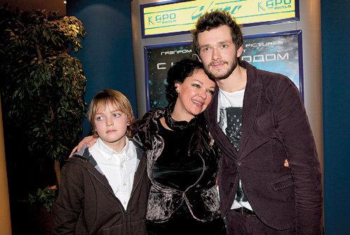 С Григорием ДОБРЫГИНЫМ (слева) актриса подружилась на съёмках блокбастера «Чёрная молния», где играла мать его героя (на фото с сыном Василием)