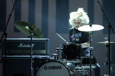 Мальчик с энтузиазмом колотил по барабанам