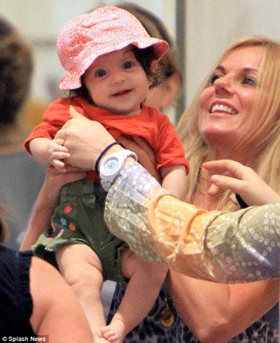 В магазине поклонники попросили у Джерри разрешения сфотографировать её с их малышом на руках