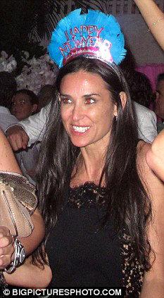 Деми МУР на вечеринке АБРАМОВИЧА оторвалась на славу. Фото Daily Mail