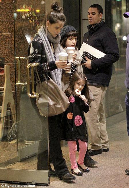 Кэти ХОЛМС, Сури и Изабелла - приёмная дочь Тома КРУЗА, которую он удочерил в браке с Николь КИДМАН