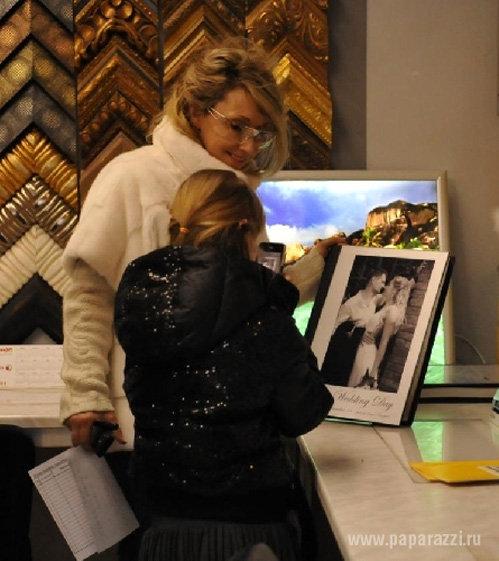 В салоне фото Елене приглянулась рамка для свадебного снимка
