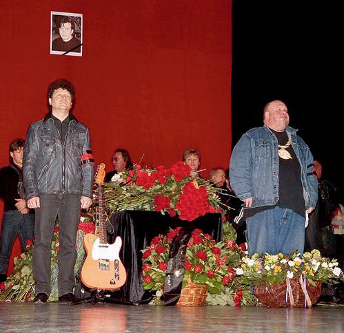 В почётном карауле - Сергей МИНАЕВ и Сергей КРЫЛОВ. На сцене установили гитару, на которой БАРЫКИН так и не доиграл свой последний концерт