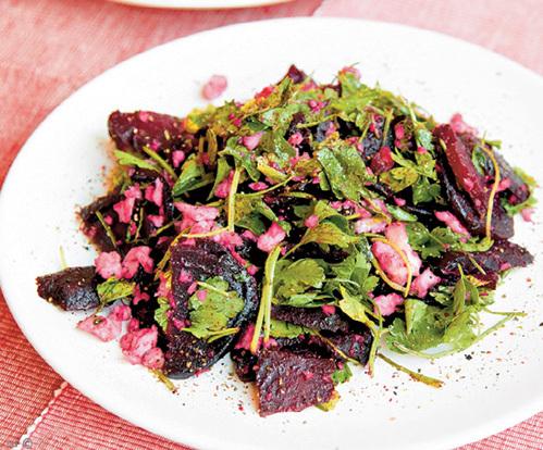 В свекольный салатик можно добавить немного зелени. Кинза и петрушка вкус не испортят