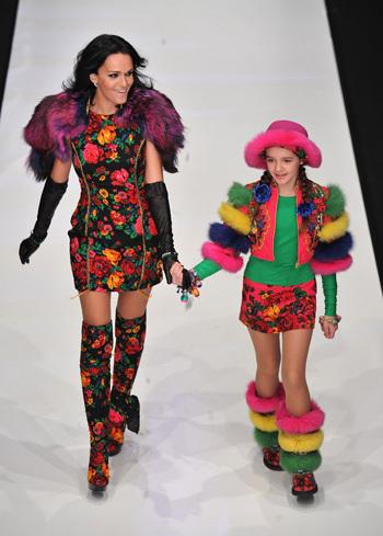 Певица Слава вышла на подиум вместе с дочкой. Фото: glamour.ru