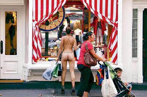 Не понятно, зачем нудистка рассматривает одежду