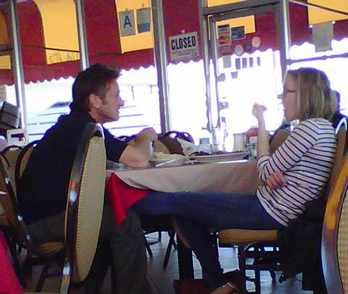 Недавно ЙОХАНССОН и ПЕННА застукали вместе в ресторане. Скарлетт ласкала Шона под столом ножкой