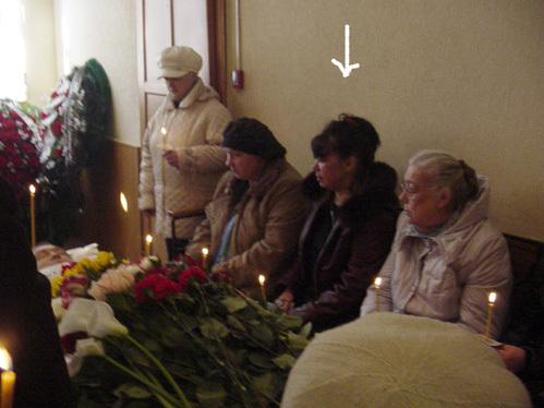 Ирина (указана стрелочкой) у гроба покойного брата. Рядом (в светлой куртке и очках) – тетя Андрея Аза Никитична