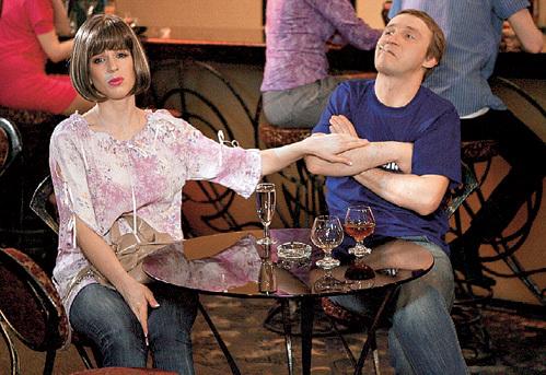 Ирина МЕДВЕДЕВА и её экранный бойфренд Андрей КАЙКОВ решили развлечься в пафосном кафе