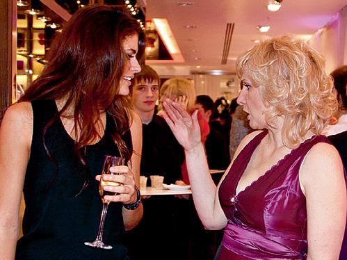 Модель и актриса Элисон Ле БОРЖ, внучка Алена ДЕЛОНА, обменялась светскими новостями с Натальей, хозяйкой бутика Lancel