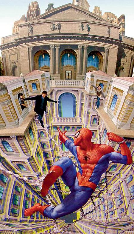 В отличие от кино нарисованный мелками на площади Человек-паук совершает подвиги без помощи компьютерной графики