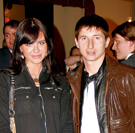Евгений АЛДОНИН тоже особо не тужит в отсутствии жены. На фото он с молоденькой певицей Светланой ГОРШКОВОЙ...