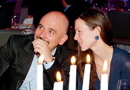 Исполнитель блатных песен Сергей ТРОФИМОВ с супругой - желанные гости на подобных тусовках