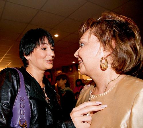 На торжество пришла и вдова Александра АБДУЛОВА Юлия (слева)