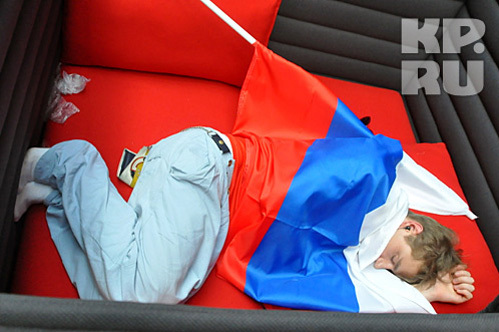 Накануне выступления в полуфинале Лёша уснул, укрывшись российским флагом (фото kp.ru)