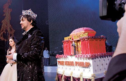 От праздничного торта Филиппу досталась только несъедобная золотая корона