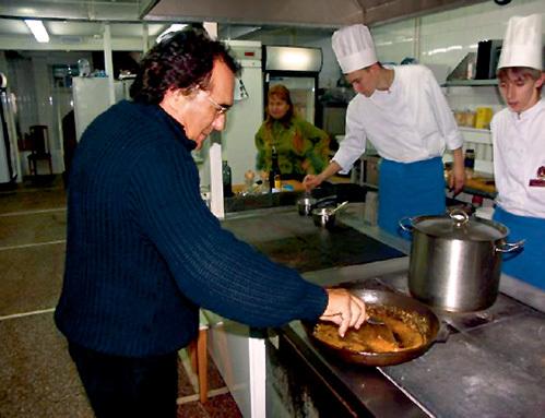 Знаменитый певец Аль БАНО показывает поварам московского ресторана Максимилиан, как правильно пассировать бекон для соуса болонезе