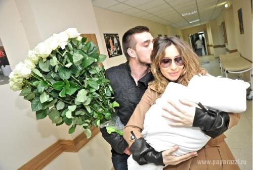 Светлана ЛОБОДА с гражданским мужем и с дочкой.