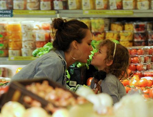 Любой покупатель хочет быть уверенным в том, что в магазине ему продадут овощи без смертельной инфекции. Фото: All Over Press.