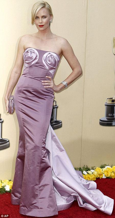 Шарлиз ТЕРОН - одна из самых желанных женщин Голливуда, но при этом актриса не может найти себе пару