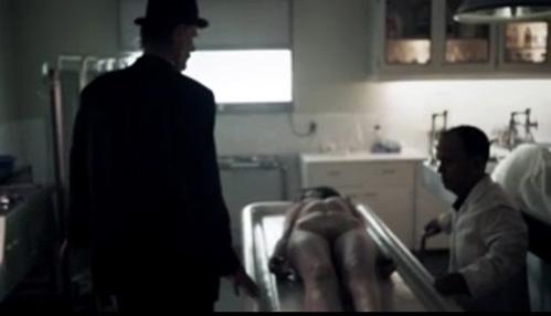 Сцена в морге: обнажённую певицу...