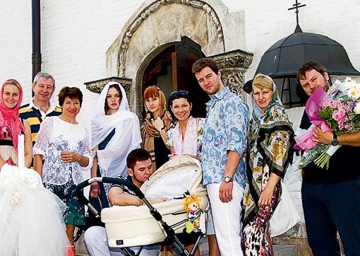 На таинстве присутствовали только самые близкие актрисы и танцора. Слева от коляски реальный папа малышки, справа - крёстный