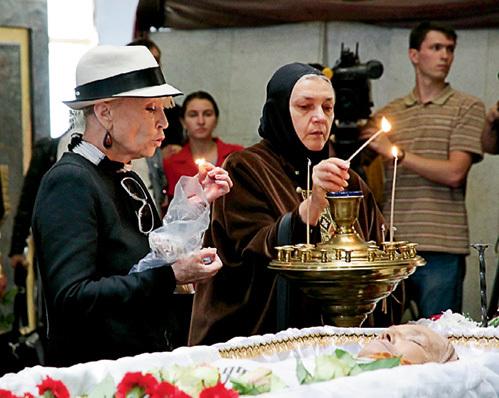 Светлана СВЕТЛИЧНАЯ и Ольга ГОБЗЕВА (матушка Ольга - актриса, ставшая монахиней) у гроба подруги