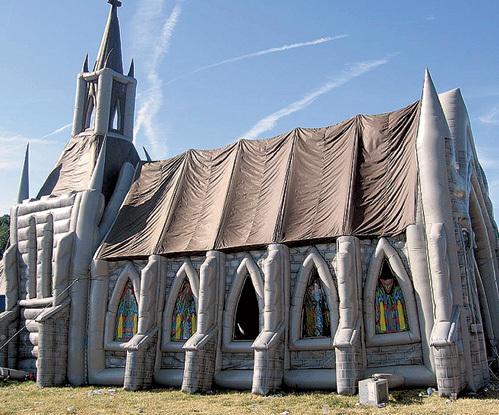 В надувной церкви могут одновременно обратиться к Богу до 500 верующих