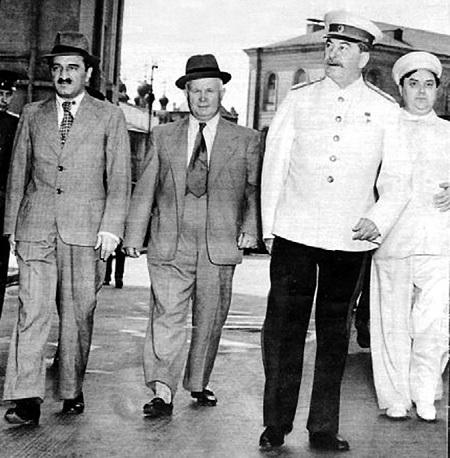 Историки до сих пор гадают, как Никита ХРУЩЕВ, необразованный балагур, шут и льстец, мог втереться в доверие к опытным аппаратчикам Анастасу МИКОЯНУ (слева), Георгию МАЛЕНКОВУ (справа) и к самому СТАЛИНУ