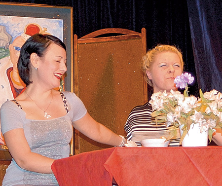 Актрисы Айгуль МИЛЬШТЕЙН и Катерина ВДОВКИНА заставили зрителей смеяться. Фото Натальи МУРГИ