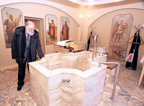 На этом месте стояла старая купель, где ЧУРОВА окунанием крестила прабабушка Прасковья