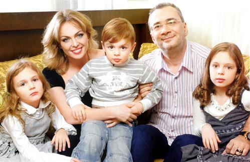 Константин МЕЛАДЗЕ с семьей (фото Viva!)