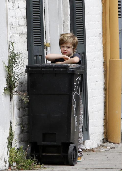 Дочка ДЖОЛИ и ПИТТА прочно приклеилась к мусорному баку...