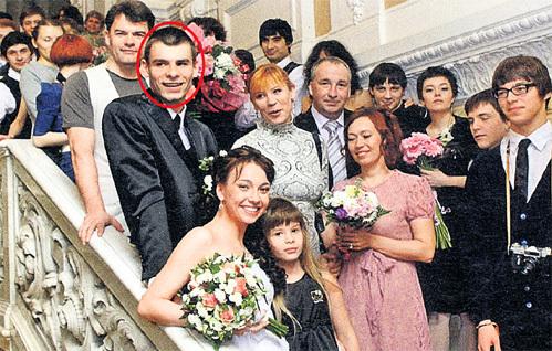 Свадьба сына ЮРГЕНС и ДЯТЛОВА - Егора (в круге). Он гораздо более скромный человек, чем оба родителя