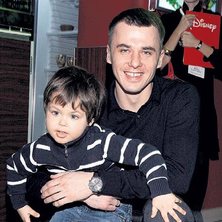 Старшего сына Матвея ПЕТРЕНКО активно водит по кинопремьерам (фото ИТАР-ТАСС)