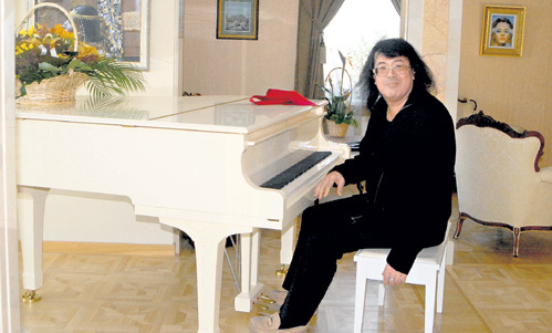 На белом рояле хозяин играет вечерами
