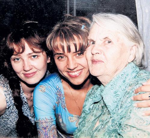 Внучки Ира (слева) и Ксения АЛФЁРОВА (приёмная дочь Александра) время от времени навещают Людмилу Александровну