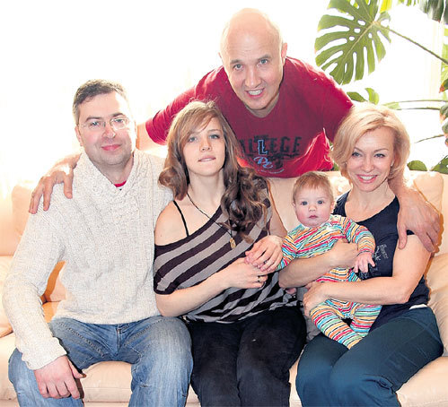 В гости к новоявленным дедушке и бабушке Даша ЛУКИНСКАЯ с мужем Дмитрием привезли внука Алешеньку