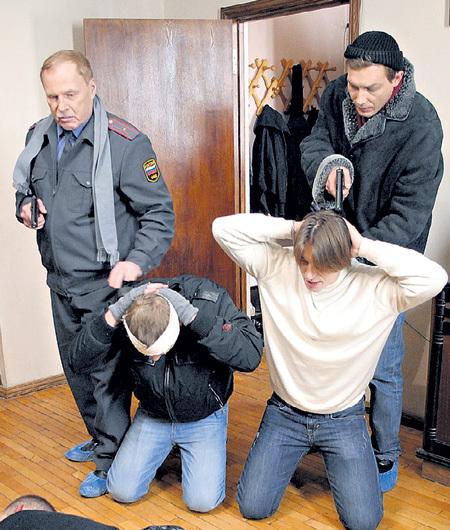 С Александром БУХАРОВЫМ (стоит справа) в сериале «Участковый»
