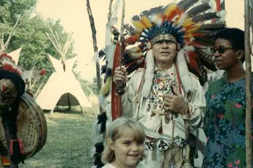 Посещая индейскую резервацию в Канаде, туристы обязательно фотографировались с русскоговорящим вождём Джоном МАККОМБЕРОМ