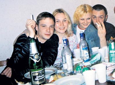 На вечеринке с Лёшей ЧАДОВЫМ, его девушкой Машей КУРКОВОЙ и Сергеем ШНУРОВЫМ