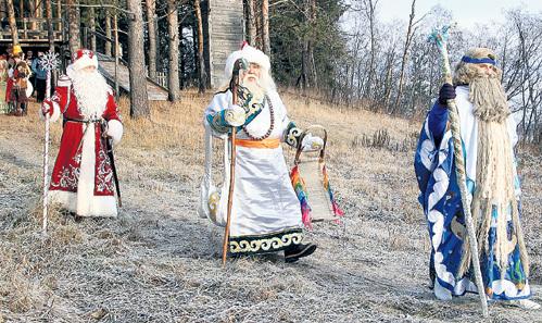 На слёте российских волшебников, который проходит в Великом Устюге, Царь Берендей, Чысхан и Дедушка Мороз (все на фото) делят сферы влияния с себе подобными