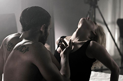 Кадр из клипа Татьяны КОТОВОЙ - певица и её чернокожий партнёр