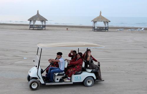 По отелю бабушки передвигаются на электромобильчиках (фото РИА =Новости=)